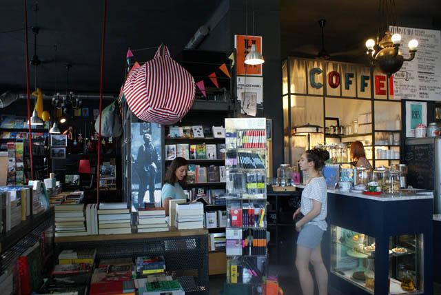 Café Librairie Czuly Barbaczynca à Varsovie avant le déménagement à Mokotow.