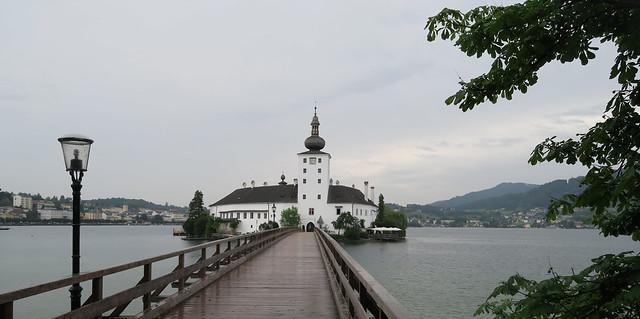 Pils uz ezera