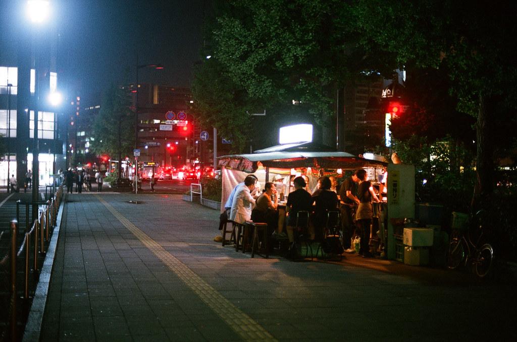 屋台 福岡 Fukuoka 2015/09/02 很熱鬧的屋台,一群人在吃東西聊天。  Nikon FM2 / 50mm AGFA VISTAPlus ISO400 Photo by Toomore