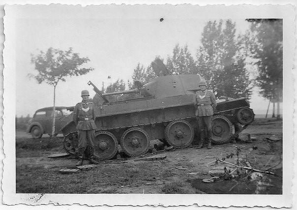Фальканары na opuszczonym czołgu BT-7