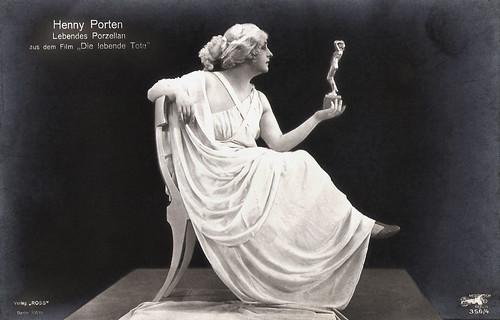Henny Porten as Lebendes Porzellan in Die lebende Tote (1919)