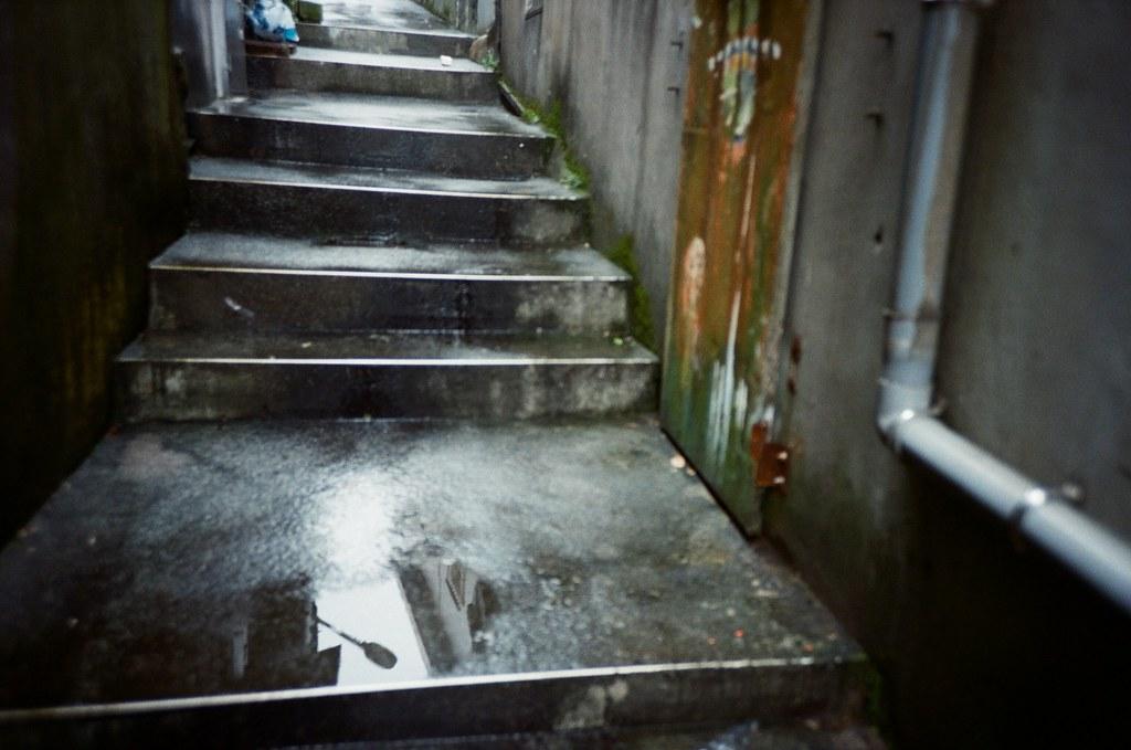 九份 Taipei / Portra 400 / Lomo LC-A+ 2015/11/14 我喜歡九份這樣霧茫茫的風景,整片山寂靜無人的樣子。當走到老街的時候,被吵雜的喧鬧聲拉回來。  九份有好多日本觀光客,所以吵雜聲混著日文交談,感覺好像在日本一樣,很特別!  Lomo LC-A+ Kodak Pro Portra 400 3187-0012 Photo by Toomore
