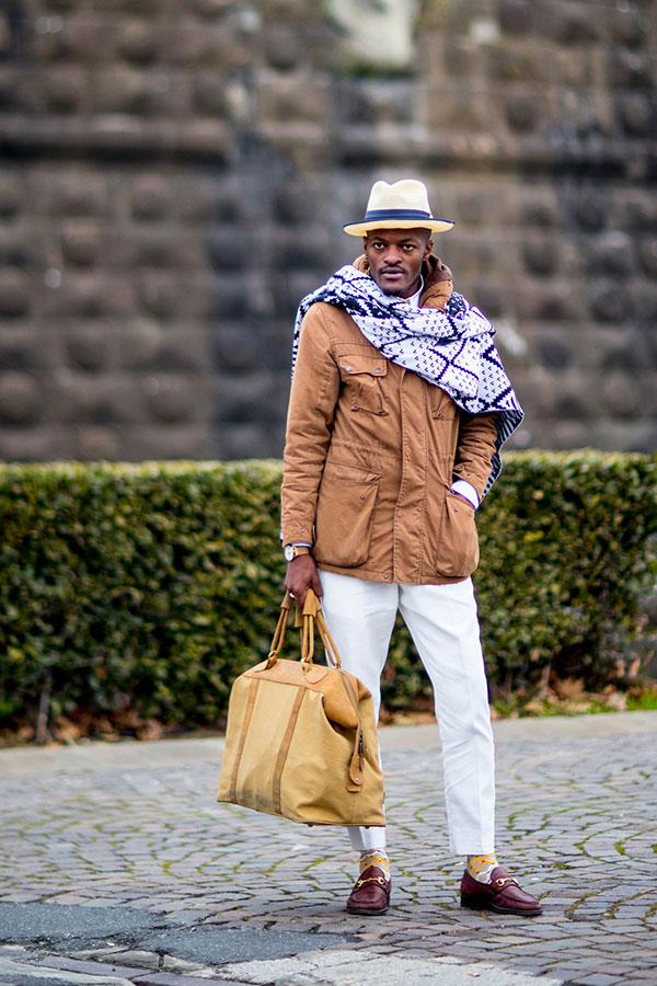 白ハット×ベージュフィールドジャケット×白紺柄ストール×白スラックス×ワインビットモカシン
