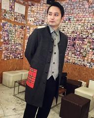 デザイナーの矢内原 充志(MITSUSHI YANAIHARA)さんが、矢内原さんは横浜在住で、寿町の住人たちをファッションコーデするプロジェクトを行っています。今回は寿町で活動するYHVの社長の全身スタイリングをしてくれました。マエストロの如きオーラを纏う一方で、赤いチェックの大きめポケットが愛らしさを演出します。 MITSUSHI YANAIHARA is the designer. He is in Yokohama, moreover he has been performing the proj