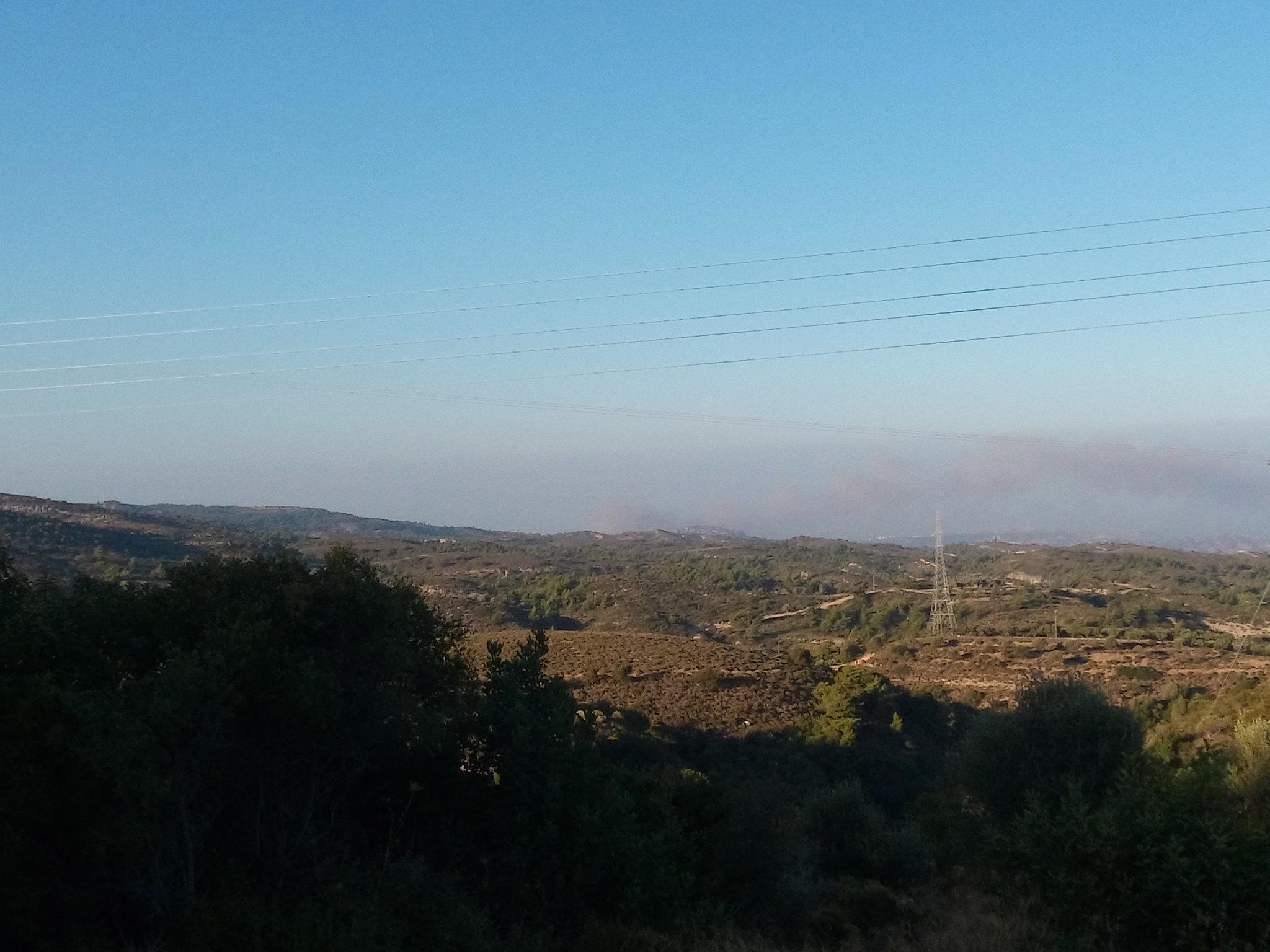 Ο καπνός από την μεγάλη φωτιά μεταξύ Παστίδας και Ιαλυσού ορατος και από την Ψίνθο