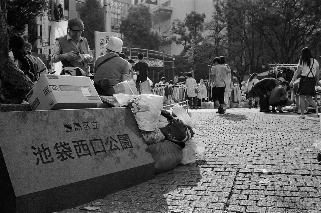 池袋西口公園 東京 Tokyo 2015/10/04 小小的市集,拍攝的過程有一些攤販很敏感,感覺不能拍。現在有一點點忘記那時候逛市集的心情,但應該也是抱著找禮物的心態來逛的吧!  Nikon FM2 Nikon AI AF Nikkor 35mm F/2D Kodak TRI-X 400 / 400TX 1274-0020 Photo by Toomore