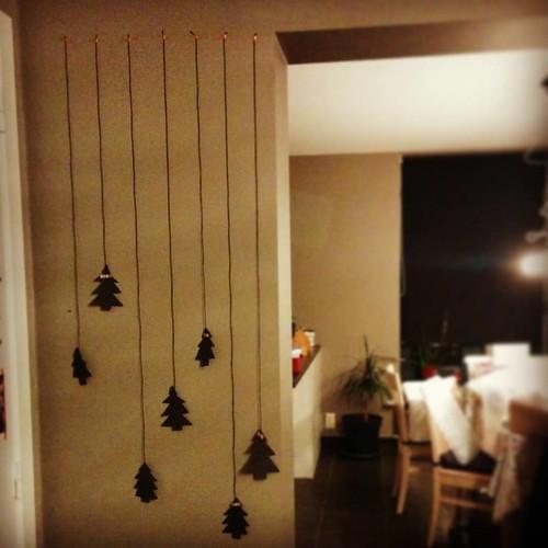 De eerste zeven kerstbomen zijn een feit. #christmastime #christmasdiy #DIY #diydecorations #christmasdecorations #kerstbomenrecord