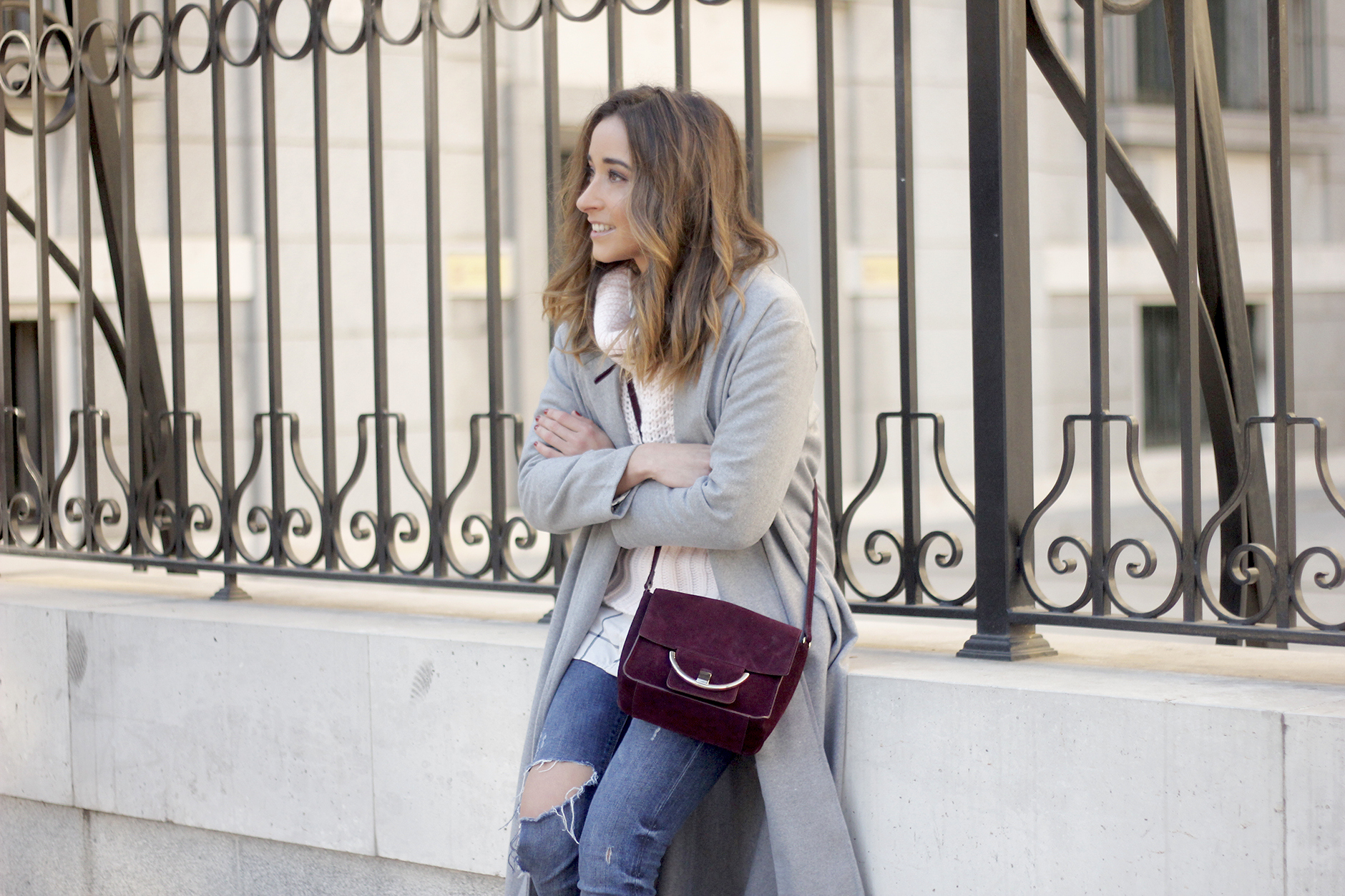 Grey coat with pink sweater jeans burgundy purse uterqüe outfit streetstyle10