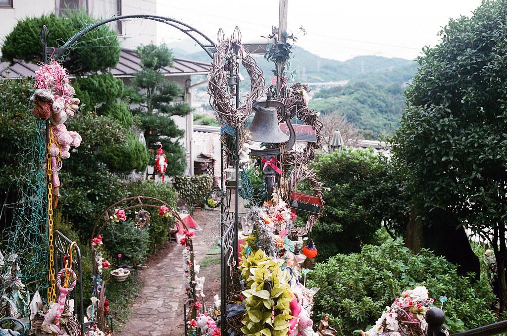 貓の小道 尾道 おのみち Onomichi, Hiroshima 2015/08/30 卻意外發現一個很神奇的地方,我一開始以為是可以參觀的,因為女主人在門口和送貨的聊天,我看她也沒阻止我不可以拍攝,我就走進去拍照。  Nikon FM2 / 50mm AGFA VISTAPlus ISO400 Photo by Toomore