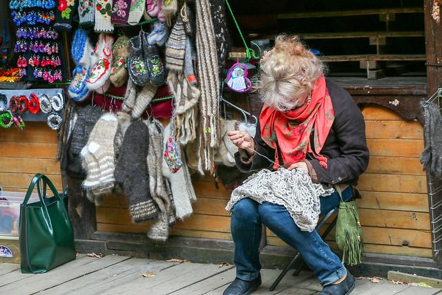 A woman weaving lace at Izmailovsky flea market, Moscow, Russia モスクワ、ヴェルニサージュ(蚤の市)でレース編みを作る女性