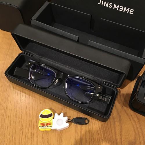 こちらがJINS MEME ESです。レンズが少し青くなってるのはブルーライトカットだから。