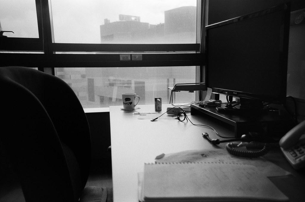 隔壁同事 / Lomo LC-A+ 2015/11/02 - 2015/11/04 第一卷 Lomo LC-A+ 拍的黑白底片。不像一般相機可以縮一點光圈,所以畫面都有點軟軟的,但這就是 Lomo 的特色啦,暗角!  大概花了兩天的時間在上下班通勤的時候隨意拍,挑幾張還不錯的畫面!  Lomo LC-A+ Kodak TRI-X 400 / 400TX 2939-0026 Photo by Toomore