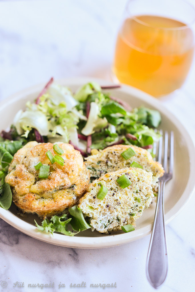 mini-frittata kinoa, juustu ja rohelise sibulaga