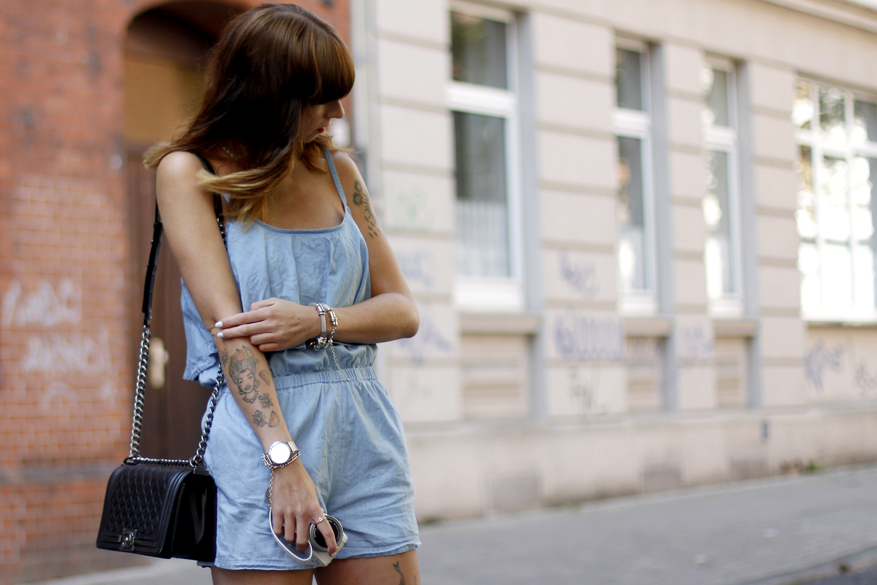 anziehend düsseldorf denim blue jumpsuit overall hellblau jeans chanel boots late summer spätsommer outfit ootd look cats & dogs ricarda schernus 2