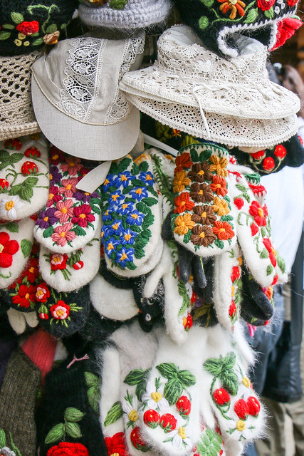 Very lovely Russian embroidered mittens at Izmailovsky market, Moscow, Russia モスクワ、ヴェルニサージュ(蚤の市)の可愛い刺繍ミトン