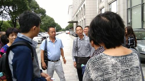 20160916庭审后张律师与旁听者交流