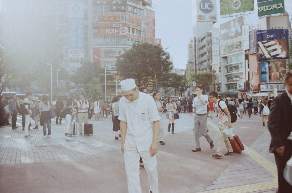渋谷 Tokyo, Japan / Kodak ColorPlus / Nikon FM2 這張緊張到過曝了,那時候回到渋谷這個大馬路,我知道有很多回憶在那個時候會想要保留起來,只因為感覺到快要失去什麼而使命抓著不放。  底片過曝有一個很好玩的畫面,就是影像還可以這樣保留起來,數位的就沒有辦法這樣了。  人的記憶也是,有些東西也保留的太過緊密,而無法覆蓋。  Nikon FM2 Nikon AI AF Nikkor 35mm F/2D Kodak ColorPlus ISO200 0997-0007 2015/10/02 Photo by Toomore