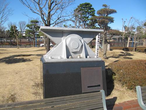 旧中山競馬場スタンドの記念碑