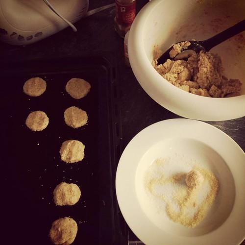 Gemberkoekjes bakken volgens @fiekefatjerietjes. Het deeg is alvast yummie! 😁 #kookboekenmaand #cookiedough #bakken #gemberkoekjes
