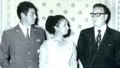 Allende junto al Capitán de Carabineros José Muñoz y su esposa.