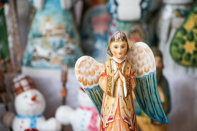 Wooden angel figurine in Izmailovsky flea market, Moscow, Russia モスクワ、ヴェルニサージュ(蚤の市)の天使の人形