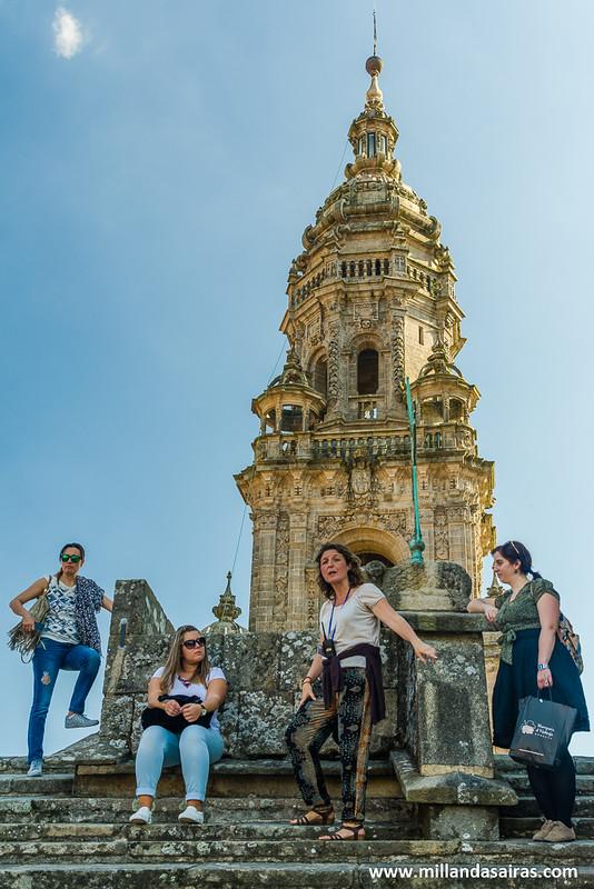 Parte del grupo al lado de la Cruz dos Farrapos,con la Torre del Reloj de fondo