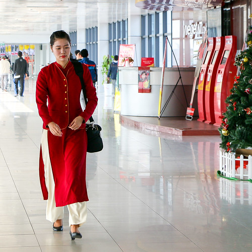 A woman wearing Ao Dai in Noi Bai International Airport, Hanoi, Vietnam ハノイ・ノイバイ国際空港、アオザイの制服を着た女性