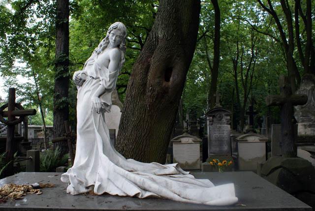 CimetièrePowazki à Varsovie : Magnifique statue d'une non moins magnifique femme.
