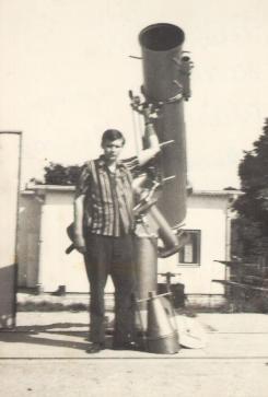 VCSE - Felső Géza 1969-ben a zalaegerszegi 30 cm-es Kulin-Orgoványi-féle távcsővel (lehúzható tető védte, balra ennek egy részlete látszik) - Felső Géza fényképe