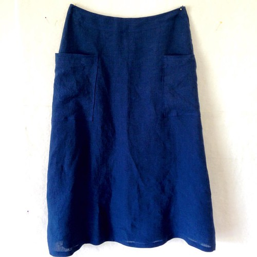 Crinkle linen long skirt with enormous pockets.