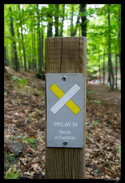 Senda el castañar en El Tiemblo - Poste que señaliza dirección equivocada hacia el PRC-AV 54