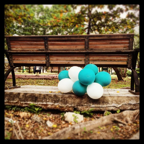 parkbenchballoons2015