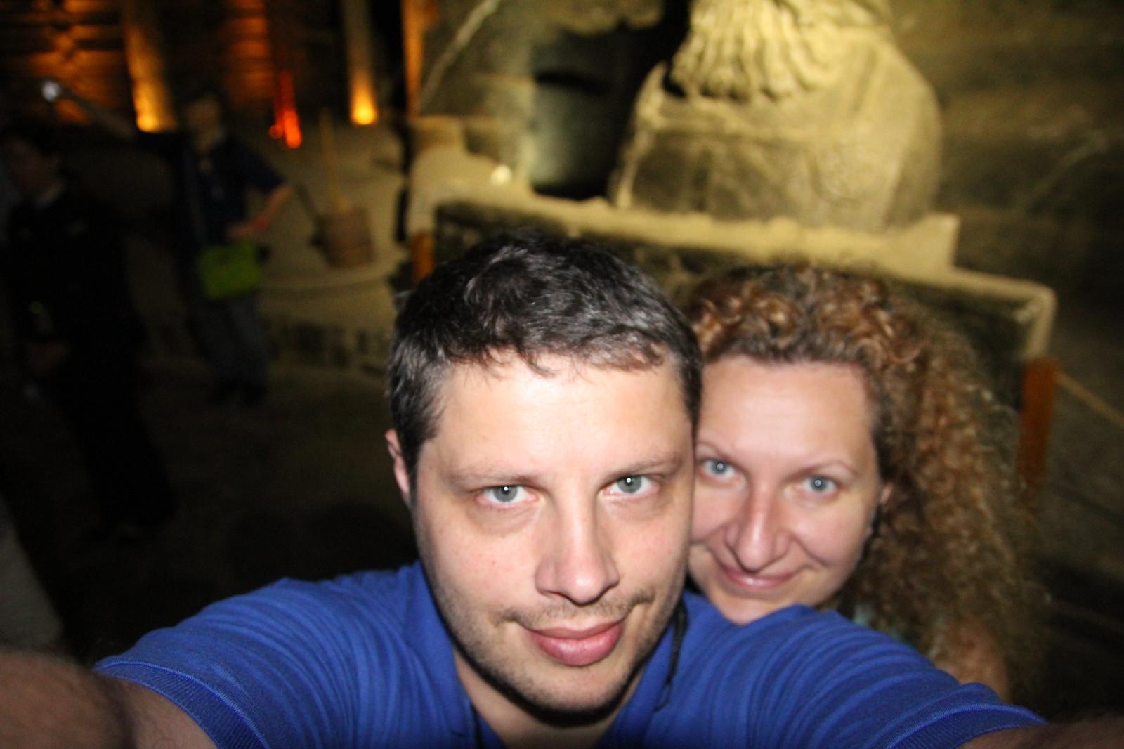 Wieličkų druskų kasykloje prie kažkokio karaliaus skulptūros, kurios matosi tik barzda ;)
