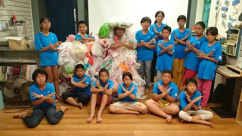 來自台南市新山國小的健海天使,贈送自製的塑膠衣給黑潮海洋文教基金會。(台南市新山國小健海天使提供)