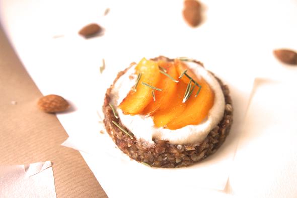 Tartelettes crues pêches, miel et romarin (vegan, sans gluten) solo
