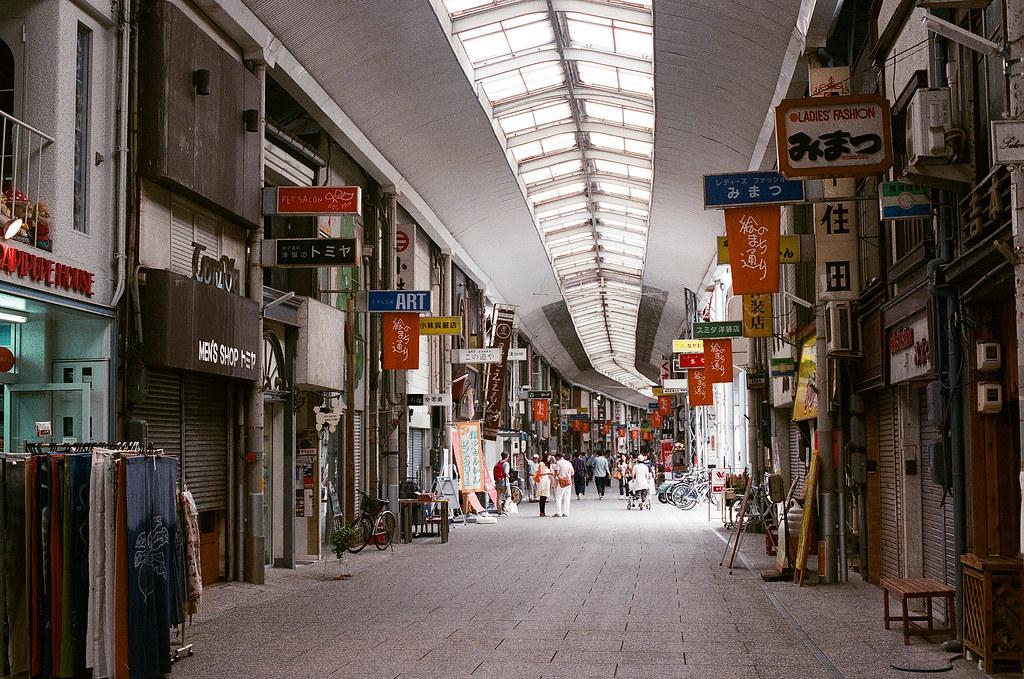 商店街 尾道 おのみち Onomichi, Hiroshima 2015/08/30 一整條的商店街。  Nikon FM2 / 50mm FUJI X-TRA ISO400 Photo by Toomore
