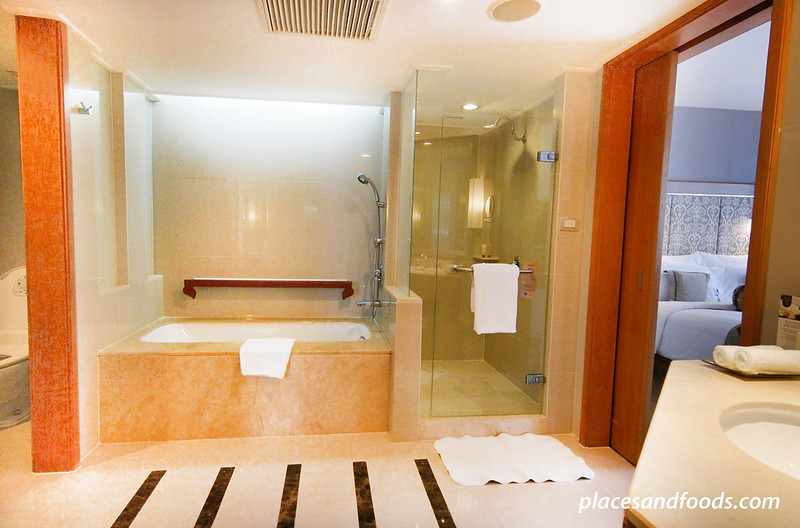 dusit thani room bathroom