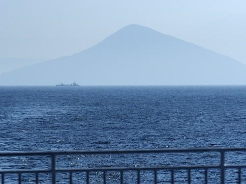 利島全景、帰りの船から