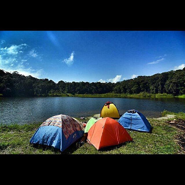 Tambing Lake | Sejumlah pengunjung bertenda di dekat Telaga Tambing yang terletak sekitar 1.700 mdpl atau tempatnya di desa Sedoa, Lore Utara, Kab. Poso, Central Sulawesi, Indonesia, Minggu (Nov.29th, 2015). Selamat setahun terakhir, angka kunjungan wisat