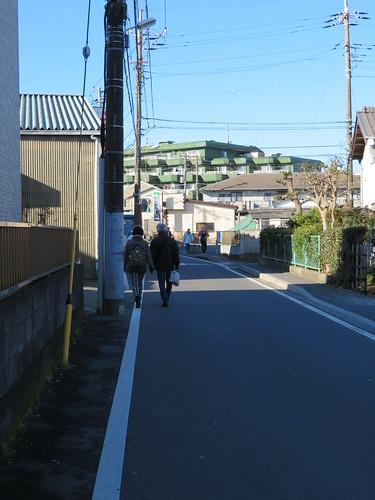 船橋法典駅から中山競馬場まで徒歩で行く様子