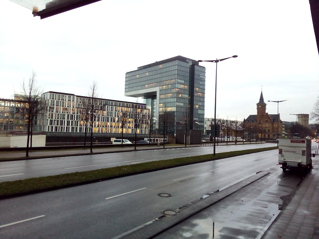 Colonia e seus prédios modernos contrastando com ruinas seculares