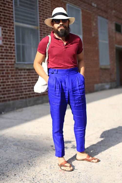 エンジポロシャツ×青ハイウエストプリーツパンツ×レザーサンダル