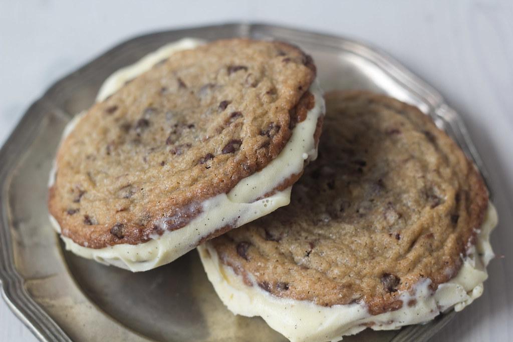 Is-sandwich med cookies og vaniljeis (12)