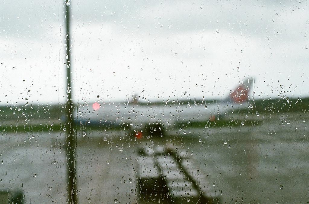 雨 中華航空 桃園機場 2015/08/29 出發的時候台灣一直在下雨,抵達廣島後也是雨不停,我是第一次在下雨的時候搭飛機。  Nikon FM2 / 50mm FUJI X-TRA ISO400 Photo by Toomore