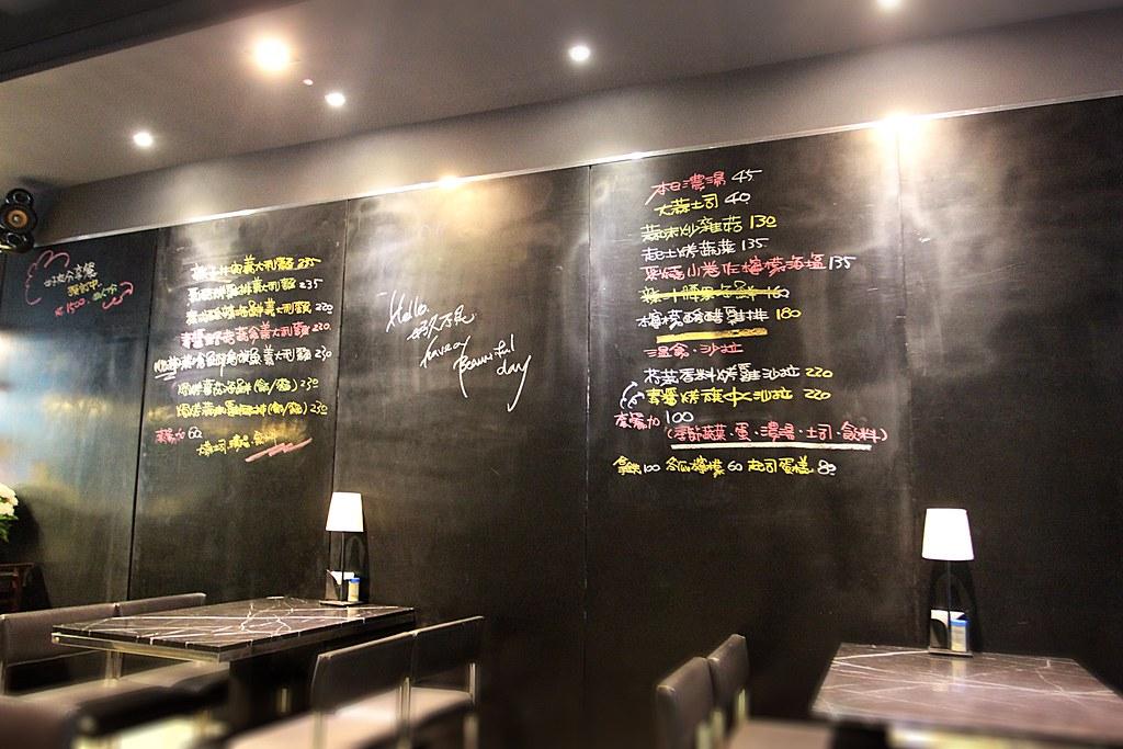 菜單是在牆上喔