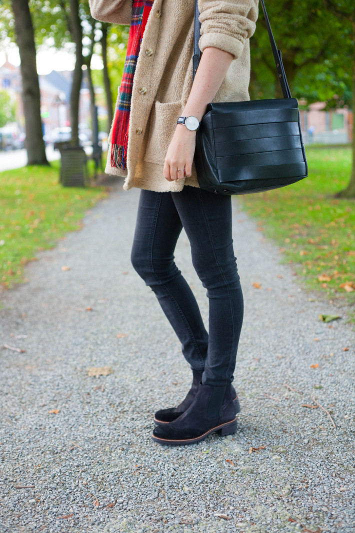 outfit: teddy coat, plaid scarf, skinnies and chelsea boots