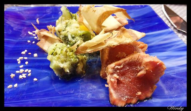 Atún marinado sobre caviar de verduras