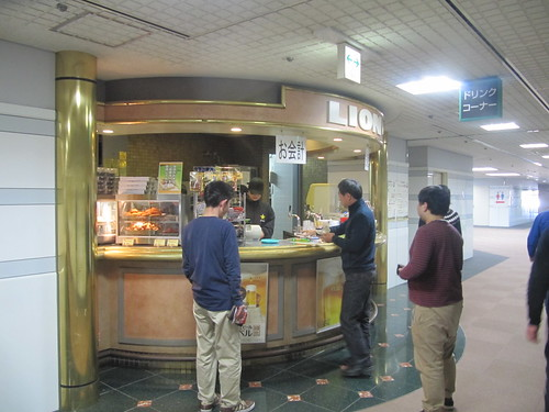 中山競馬場の指定席のサッポロ売店