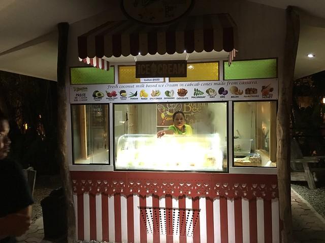 フィリピン人の先生が絶対食べるべき!と言っていたBee Farmアイスを発見。