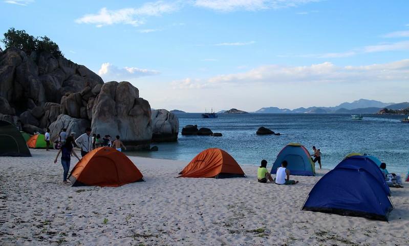 Cắm trại và ngủ trên bãi biển là một trải nghiệm rất tuyệt vời ở Bình Ba. Ảnh: dzswba.com